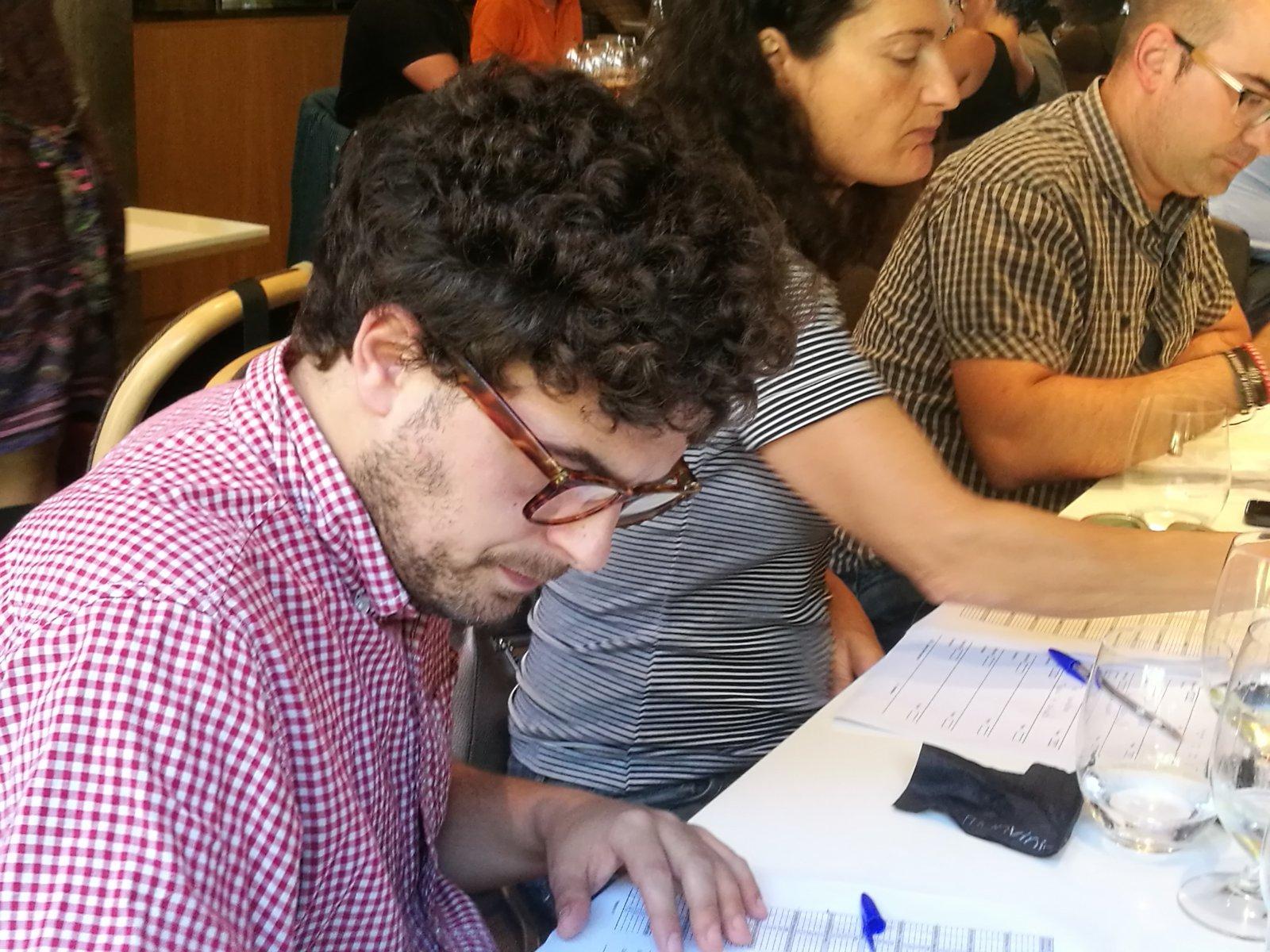 Adrián Román, sommelier de Wineissocial tastant pels Premis Vinari 2017
