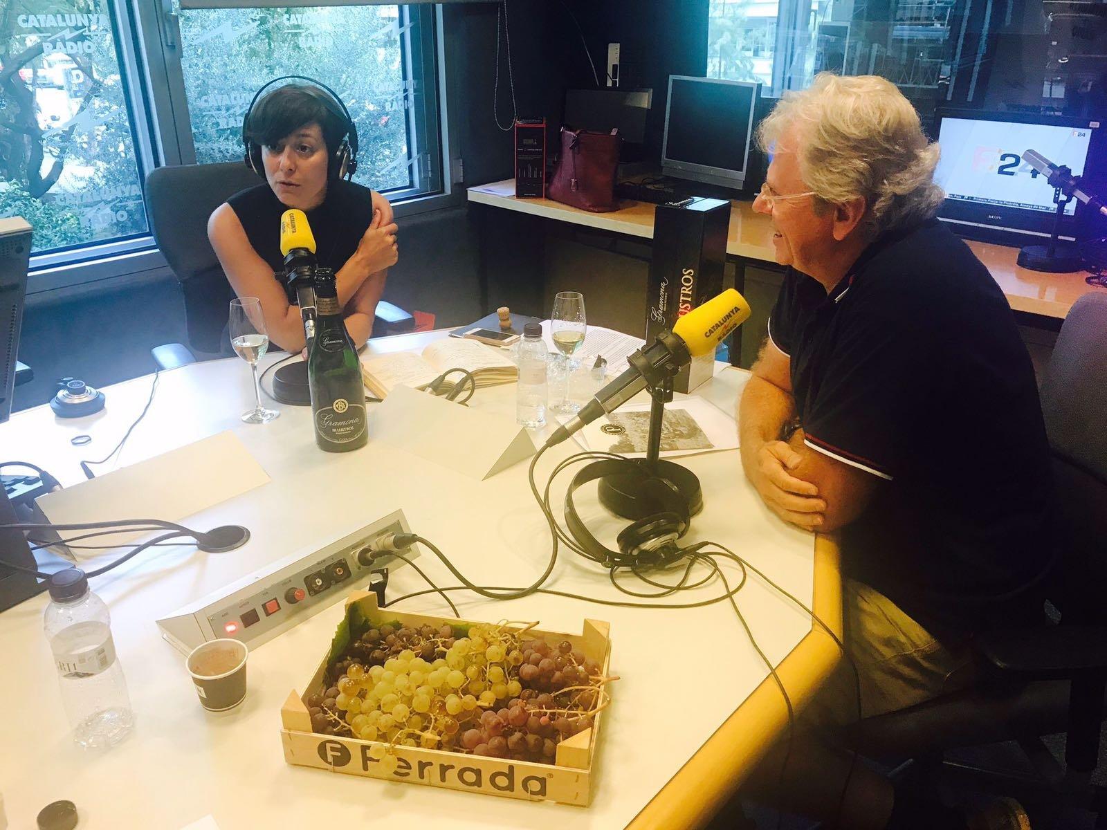 Eva Vicens, a l'esquerra; i Jaume Gramona, a l'estudi de Catalunya Ràdio