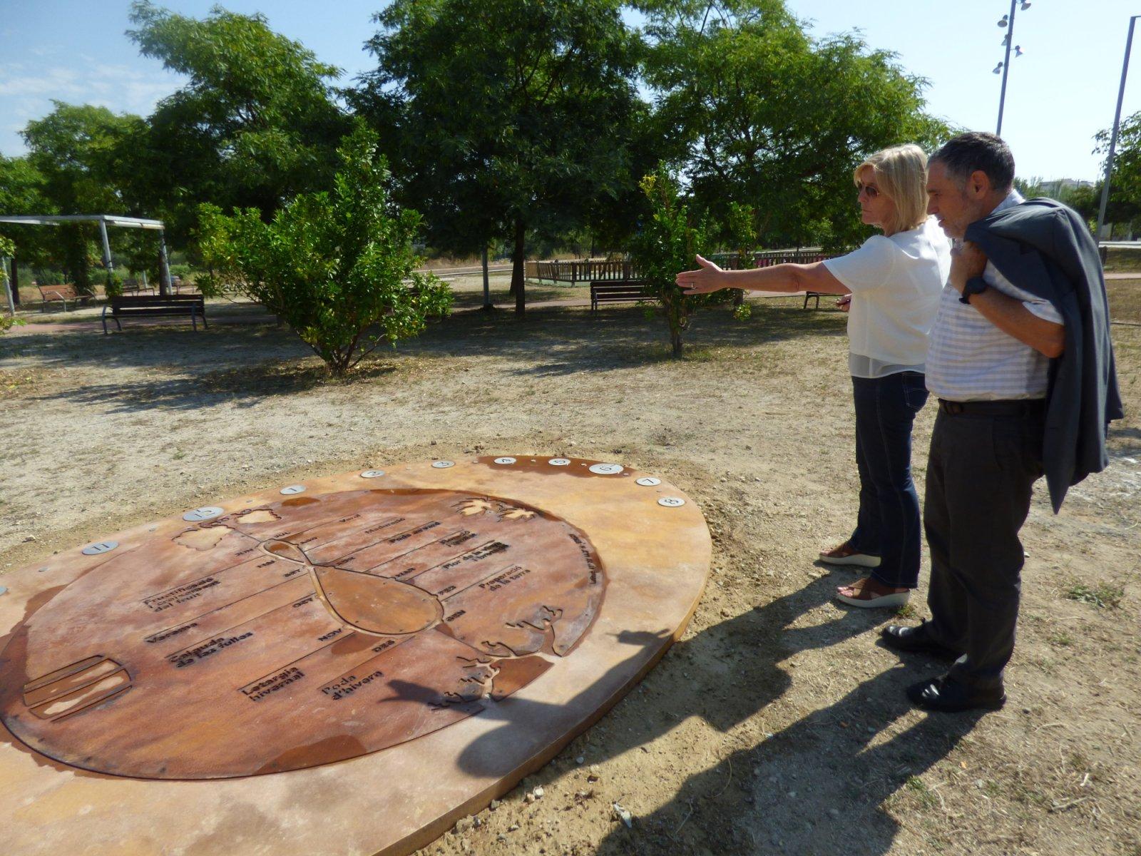 L'alcalde de Vilafranca, Pere Regull i la regidora de Promoció Turística, M. Dolors Rius visitant una de les estacions del Camí del Vi
