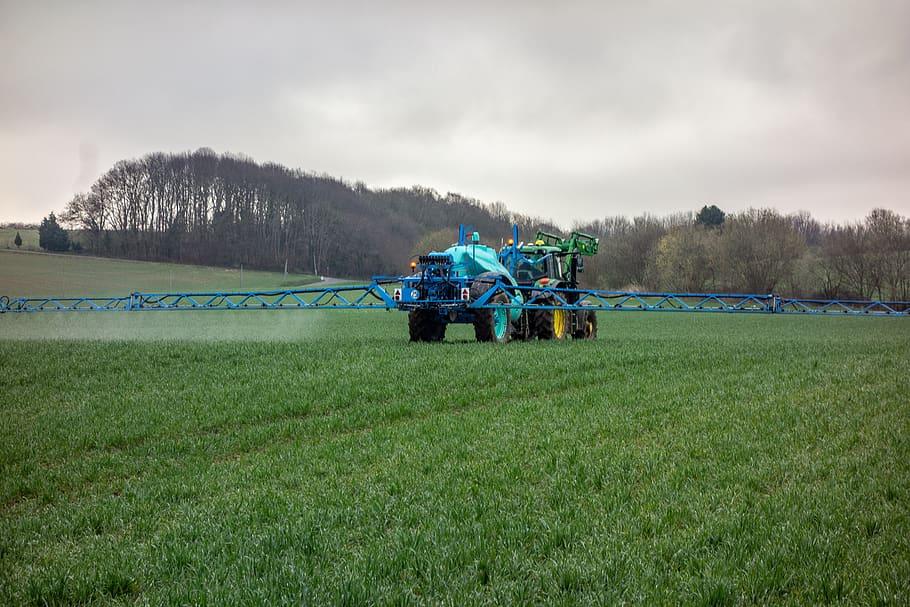 Tractor fertilitzant els camps | pxfuel