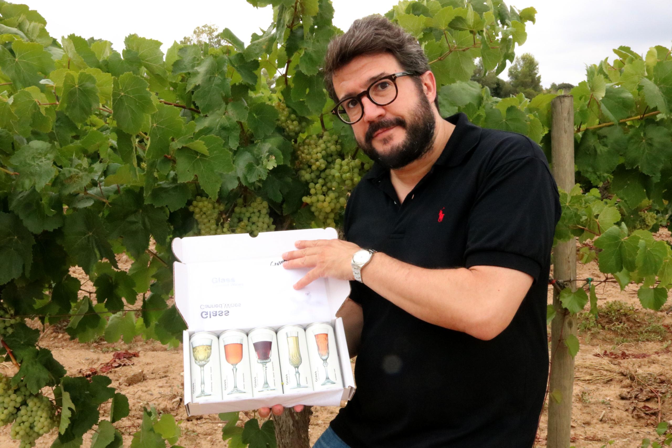 El fundador de Glass Canned Wines, Joan Anton Romero, mostrant els vins envasats en llauna | ACN